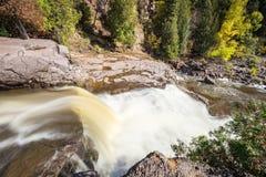 A cachoeira flui para baixo Fotos de Stock Royalty Free