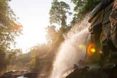 Cachoeira fresca na luz da manhã, alargamento fantástico da lente com luz brilhante da borda Água pura da natureza na floresta tr imagens de stock royalty free