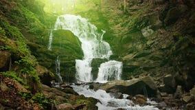 Cachoeira grande da montanha com efeito da luz vídeos de arquivo