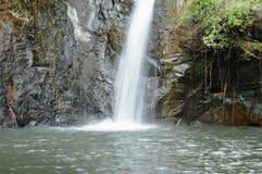 Cachoeira grande na floresta no lugar do curso de Jetkod-Pongkonsao em Tailândia foto de stock