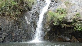 Cachoeira grande na floresta no lugar do curso de Jetkod-Pongkonsao em Tailândia filme