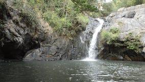 Cachoeira grande na floresta no lugar do curso de Jetkod-Pongkonsao em Tailândia video estoque
