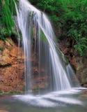Cachoeira grande na floresta verde em Europa imagem de stock