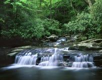 Cachoeira, grandes montanhas fumarentos Foto de Stock