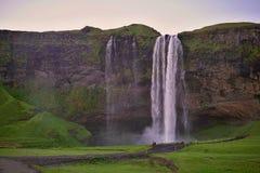 Cachoeira islandêsa famosa Seljalandsfoss na Islândia do sul Fotos de Stock