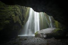 Cachoeira islandêsa secreta da caverna Imagens de Stock
