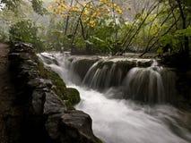 Cachoeira lentamente de fluxo imagens de stock