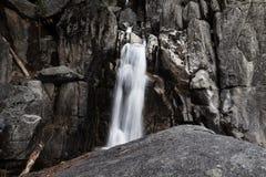 Cachoeira longa da exposição na fuga Yosemite de Chilnualna Foto de Stock Royalty Free