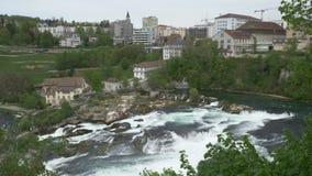A cachoeira a mais grande em Suíça de Europa bonito e perigoso vídeos de arquivo