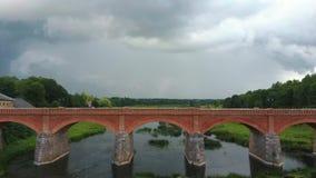 A cachoeira a mais larga em Europa em Letónia Kuldiga e na ponte do tijolo através do tiro regional de Venta Dron do rio vídeos de arquivo