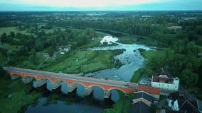 A cachoeira a mais larga em Europa em Letónia Kuldiga e na ponte do tijolo através do tiro regional de Venta Dron do rio filme