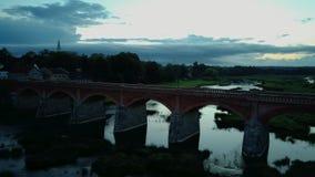 A cachoeira a mais larga em Europa em Letónia Kuldiga e na ponte do tijolo através do tiro regional do dron de Venta do rio vídeos de arquivo