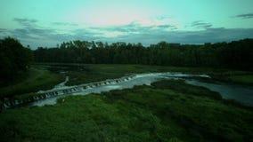 A cachoeira a mais larga em Europa localizou no dron regional da cidade de Kuldiga disparado vídeos de arquivo