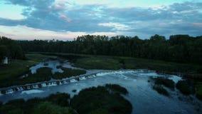 A cachoeira a mais larga em Europa localizou no tiro regional de Dron da cidade de Kuldiga vídeos de arquivo