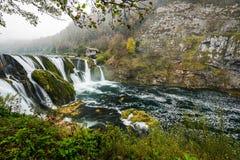 Cachoeira majestosa do buk de Strbacki no rio Una em Bósnia foto de stock