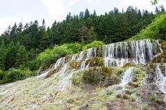 Cachoeira maravilhosa do voo durante a temporada de verão no parque nacional de Huanglong Fotos de Stock Royalty Free