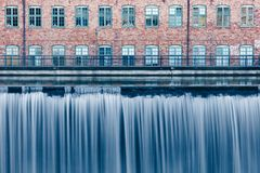 Cachoeira na área industrial velha em Norrkoping, Suécia imagem de stock