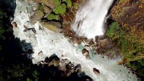 Cachoeira na escala Nepal dos Himalayas da opinião do ar do zangão vídeos de arquivo