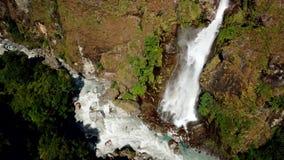 Cachoeira na escala Nepal dos Himalayas da opinião do ar do zangão filme