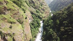 Cachoeira na escala Nepal dos Himalayas da opinião do ar do zangão video estoque