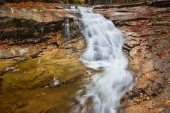 Cachoeira na floresta do outono imagem de stock royalty free