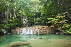 Cachoeira na floresta profunda na montanha Fotos de Stock Royalty Free
