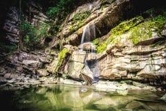 Cachoeira na floresta tropical tropical em Tailândia na estação fresca foto de stock