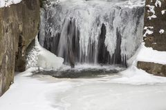 Cachoeira na lagoa Muehlenteich, Georgsmarienhuette, Baixa Saxónia, Alemanha Fotografia de Stock Royalty Free