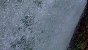 cachoeira na montanha video estoque