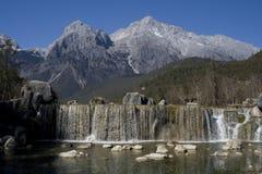 Cachoeira na montanha da neve do dragão do jade fotografia de stock royalty free