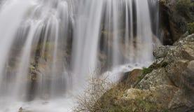 Cachoeira na montanha em uma mola morna fotografia de stock royalty free
