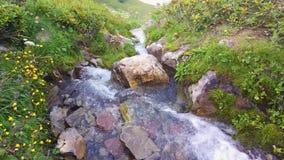 Cachoeira na montanha nos cumes filme