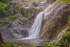 Cachoeira na selva profunda da floresta tropical (Mae Re Wa Waterfalls Imagens de Stock