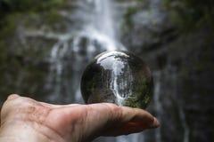 Cachoeira na selva tomada através da bola de vidro guardada disponivel imagem de stock royalty free