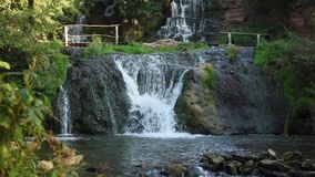 Cachoeira nas montanhas filme