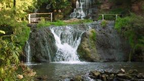Cachoeira nas montanhas video estoque