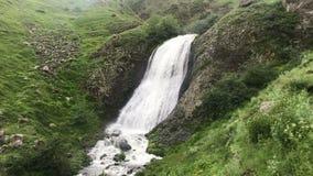 Cachoeira nas montanhas de Cáucaso Geórgia filme