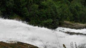 Cachoeira nas montanhas de Noruega no tempo chuvoso filme