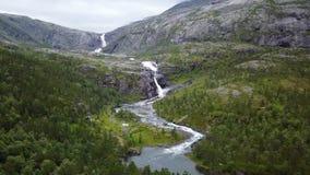 Cachoeira nas montanhas de Noruega no tempo chuvoso da opinião do ar do zangão video estoque