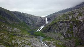 Cachoeira nas montanhas de Noruega no tempo chuvoso da opinião do ar do zangão filme