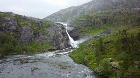 Cachoeira nas montanhas de Noruega no tempo chuvoso da opinião do ar do zangão Fotografia de Stock