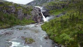 Cachoeira nas montanhas de Noruega no tempo chuvoso da opinião do ar do zangão Imagem de Stock Royalty Free