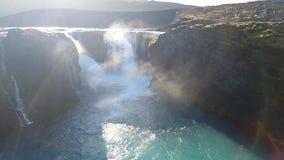 Cachoeira nas montanhas no movimento lento video estoque
