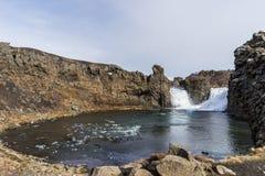 Cachoeira nas montanhas que caem em um lago pequeno Imagens de Stock