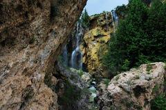 A cachoeira natural está na floresta imagens de stock