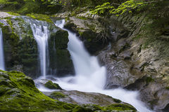 Cachoeira no desfiladeiro Chernigovka Imagem de Stock Royalty Free