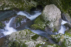 Cachoeira no desfiladeiro Chernigovka Fotos de Stock Royalty Free