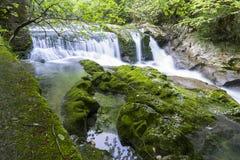 Cachoeira no desfiladeiro Chernigovka Foto de Stock