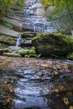 Cachoeira no Foreste Casentinesi NP no outono, Toscânia, Ital Imagens de Stock