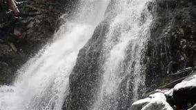 Cachoeira no frio do inverno com gelo e neve video estoque